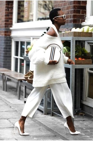 Wie kombinieren: weißer Oversize Pullover mit Reliefmuster, weißer Hosenrock, weiße Leder Pumps, weiße und schwarze Leder Clutch