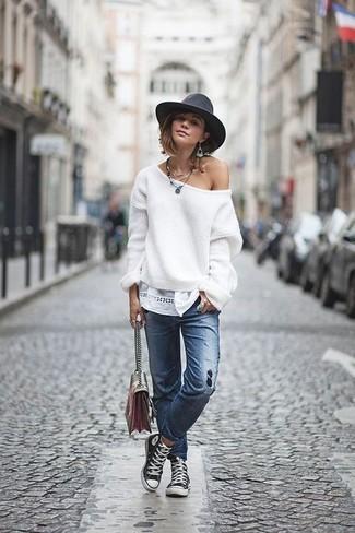 Wie kombinieren: weißer Oversize Pullover, blaue Jeans mit Destroyed-Effekten, schwarze und weiße hohe Sneakers aus Segeltuch, mehrfarbige Leder Umhängetasche