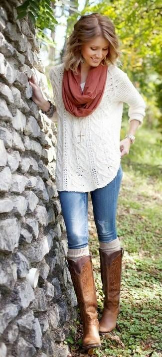 Wie kombinieren: weißer Strick Oversize Pullover, blaue Jeans, braune kniehohe Stiefel aus Leder, hellbeige hohe Socken