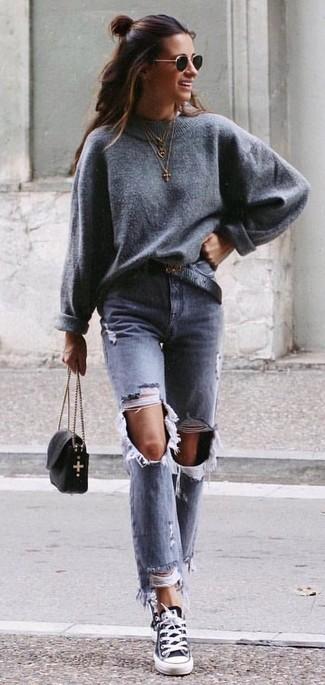 Grauen Oversize Pullover kombinieren – 223 Damen Outfits: Probieren Sie die Kombi aus einem grauen Oversize Pullover und grauen Jeans mit Destroyed-Effekten, um einen super entspannten City-Look zu erzeugen. Schwarze und weiße Segeltuch niedrige Sneakers fügen sich nahtlos in einer Vielzahl von Outfits ein.