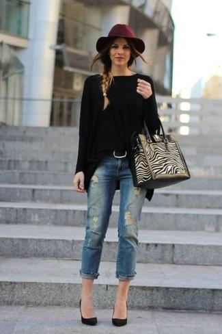 Wie kombinieren: schwarzer Oversize Pullover, blaue Jeans mit Destroyed-Effekten, schwarze Wildleder Pumps, hellbeige Shopper Tasche aus Wildleder