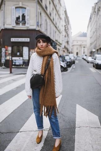 Wie kombinieren: weißer Strick Oversize Pullover, blaue Jeans, braune Wildleder Pumps, schwarze Leder Umhängetasche