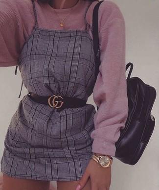Wie kombinieren: rosa Strick Oversize Pullover, grauer Kleiderrock mit Schottenmuster, schwarzer Leder Rucksack, schwarzer Ledergürtel