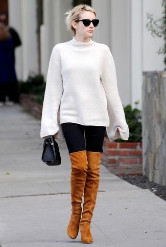 Wie kombinieren: weißer Oversize Pullover, schwarze Leggings, rotbraune Overknee Stiefel aus Wildleder, schwarze Lederhandtasche