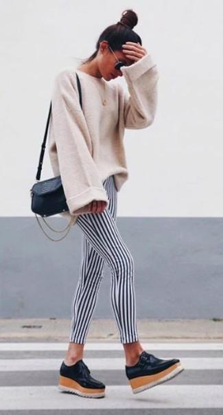 Wie kombinieren: hellbeige Oversize Pullover, schwarze und weiße vertikal gestreifte Leggings, schwarze Leder plateau Slippers, schwarze Leder Umhängetasche