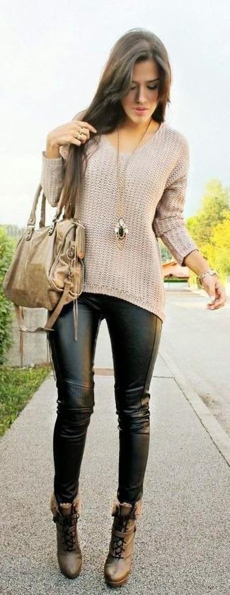 Wie kombinieren: hellbeige Oversize Pullover, schwarze Lederleggings, braune Schnürstiefeletten aus Leder, beige Shopper Tasche aus Leder