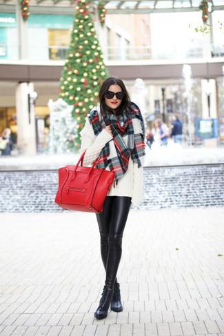 Wie kombinieren: weißer Strick Oversize Pullover, schwarze Lederleggings, schwarze Leder Stiefeletten, rote Shopper Tasche aus Leder