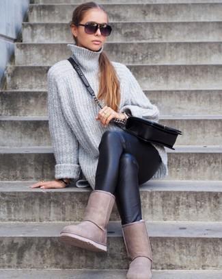 Hellbeige Ugg Stiefel kombinieren: trends 2020: Ein grauer Strick Oversize Pullover und schwarze Lederleggings sind wunderbar geeignet, um ein modernes, legeres Outfit zu zaubern. Warum kombinieren Sie Ihr Outfit für einen legereren Auftritt nicht mal mit hellbeige Ugg Stiefeln?