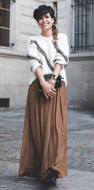 Wie kombinieren: weißer und schwarzer Strick Oversize Pullover, brauner Falten Maxirock, schwarze flache Stiefel mit einer Schnürung aus Leder, schwarze Leder Umhängetasche