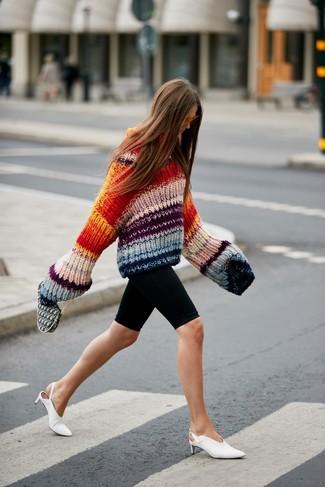 Wie kombinieren: mehrfarbiger Strick Oversize Pullover, schwarze Radlerhose, weiße Leder Pantoletten, orange Sonnenbrille