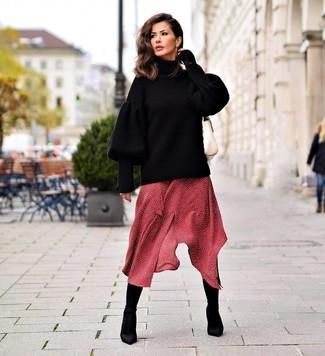 Wie kombinieren: schwarzer Strick Oversize Pullover, rotes gepunktetes Midikleid, schwarze elastische Stiefeletten, weiße Satchel-Tasche aus Leder