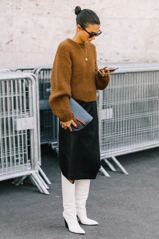 Für ein bequemes Couch-Outfit, entscheiden Sie sich für einen beige oversize pullover und eine schwarze sonnenbrille für damen von Prada. Komplettieren Sie Ihr Outfit mit weißen kniehohe stiefeln aus leder, um Ihr Modebewusstsein zu zeigen.