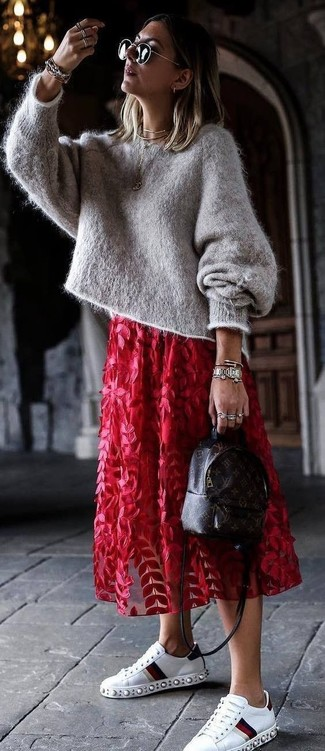 Wie kombinieren: grauer Mohair Oversize Pullover, roter Midirock aus Tüll mit Blumenmuster, weiße verzierte Leder niedrige Sneakers, dunkelbrauner bedruckter Leder Rucksack