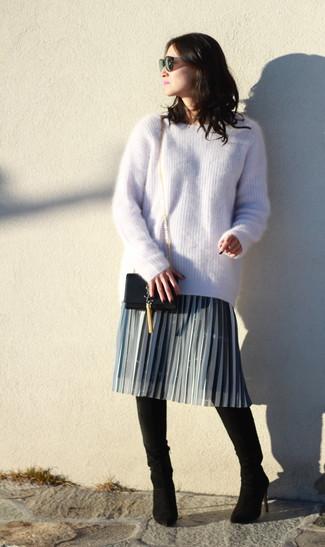 Wie kombinieren: hellbeige Mohair Oversize Pullover, grauer Falten Midirock, schwarze Overknee Stiefel aus Wildleder, schwarze Leder Umhängetasche