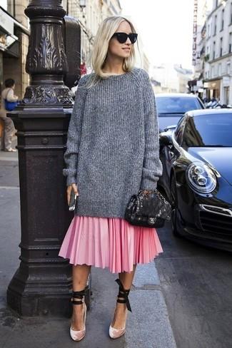 Rosa Midirock mit Falten kombinieren – 49 Damen Outfits: Probieren Sie die Kombination aus einem grauen Strick Oversize Pullover und einem rosa Midirock mit Falten, umeinen legeren Look zu zaubern, der im Kleiderschrank der Frau nicht fehlen darf. Rosa Samt Pumps sind eine gute Wahl, um dieses Outfit zu vervollständigen.