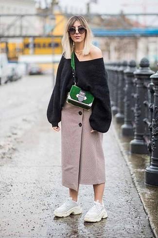 Weiße Sportschuhe kombinieren – 122 Damen Outfits: Probieren Sie die Kombination aus einem schwarzen Oversize Pullover und einem hellbeige Midirock mit Schlitz, wenn Sie einen legeren und stilvollen Look wollen. Weiße Sportschuhe liefern einen wunderschönen Kontrast zu dem Rest des Looks.