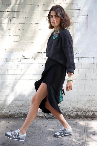 Wie kombinieren: dunkelgrauer Oversize Pullover, schwarzer Midirock mit Schlitz, graue Sportschuhe, mintgrüne Satchel-Tasche aus Leder