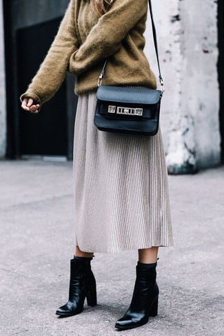 Wie kombinieren: brauner Oversize Pullover, grauer Wollmidirock, schwarze Leder Stiefeletten, schwarze Leder Umhängetasche