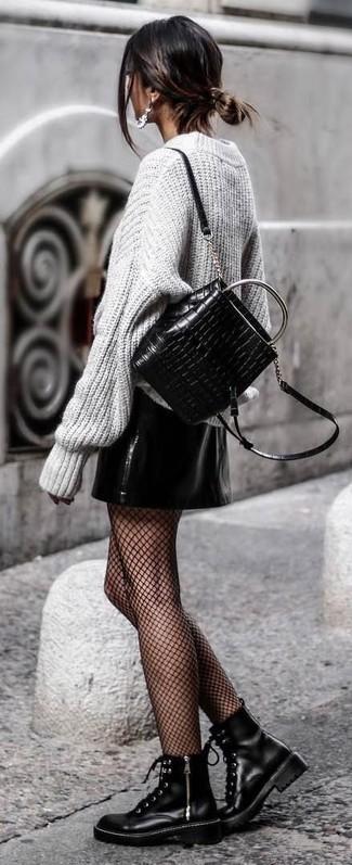 Diese Kombination aus einem grauen strick oversize pullover und einer schwarzen netzstrumpfhose für damen von Asos verströmt eine sehr legere und ansprechbare Atmosphäre. Putzen Sie Ihr Outfit mit schwarzen flache stiefel mit einer schnürung aus leder.