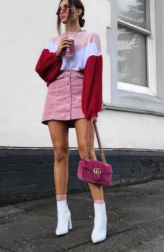 Wie kombinieren: rosa Strick Oversize Pullover, rosa Kord Minirock, weiße Leder Stiefeletten, fuchsia Wildleder Umhängetasche