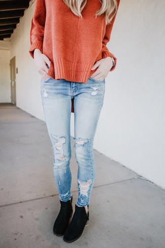 Wie kombinieren: orange Oversize Pullover, hellblaue enge Jeans mit Destroyed-Effekten, schwarze Chelsea-Stiefel aus Wildleder, silberne Uhr