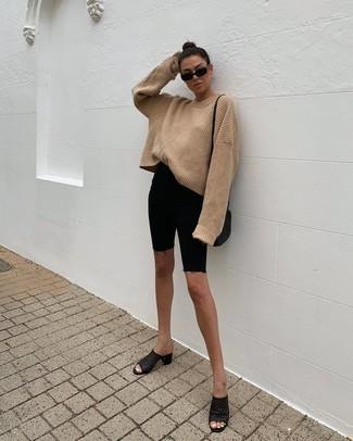Wie kombinieren: beige Strick Oversize Pullover, schwarze Radlerhose aus Jeans, schwarze Leder Pantoletten, schwarze Leder Umhängetasche