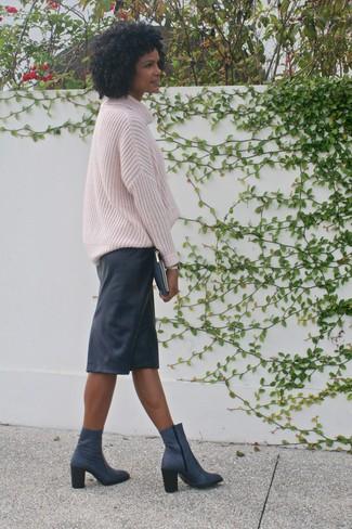 Wie kombinieren: rosa Strick Oversize Pullover, schwarzer Leder Bleistiftrock, dunkelblaue Leder Stiefeletten, dunkelblaue Leder Clutch
