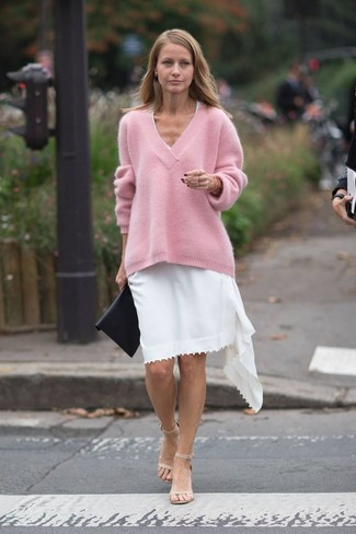 Wie kombinieren: rosa Oversize Pullover, weißes Freizeitkleid, hellbeige Leder Sandaletten, schwarze Leder Clutch