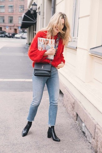 Wie kombinieren: roter Strick Oversize Pullover, hellblaue enge Jeans, schwarze Leder Stiefeletten, schwarze Leder Umhängetasche