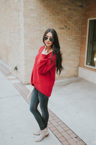 Wie kombinieren: roter Oversize Pullover, schwarze enge Jeans, graue Chelsea-Stiefel aus Wildleder, schwarze Sonnenbrille