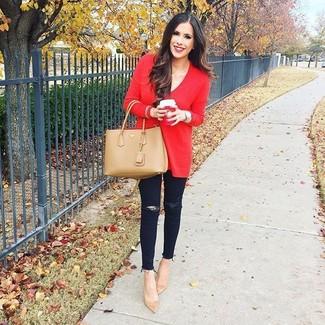 Wie kombinieren: roter Oversize Pullover, schwarze enge Jeans mit Destroyed-Effekten, beige Wildleder Pumps, beige Shopper Tasche aus Leder