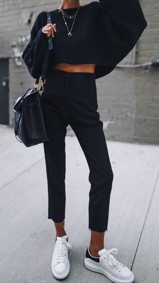 schwarzer Strick Oversize Pullover, schwarze Anzughose, weiße Leder niedrige Sneakers, schwarze Leder Beuteltasche für Damen
