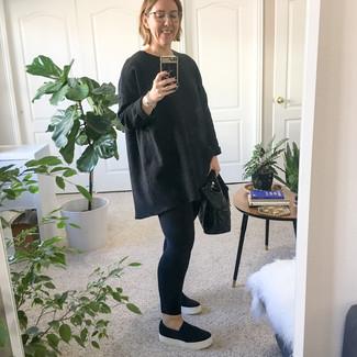 Wie kombinieren: schwarzer Oversize Pullover, schwarze Leggings, schwarze Slip-On Sneakers, schwarze Shopper Tasche aus Leder