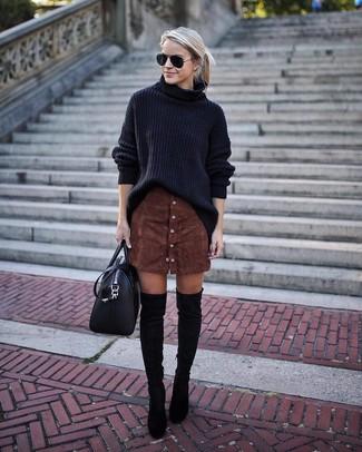 f8f910226bc6 schwarzer Strick Oversize Pullover, dunkelbrauner Rock mit Knöpfen, schwarze  Overknee Stiefel aus Wildleder, schwarze Shopper Tasche aus Leder für Damen    ...