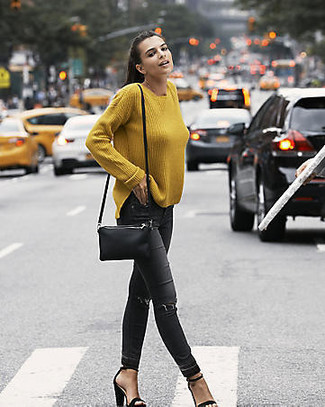 Wie kombinieren: senf Oversize Pullover, schwarze enge Jeans mit Destroyed-Effekten, schwarze Wildleder Sandaletten, schwarze Leder Umhängetasche