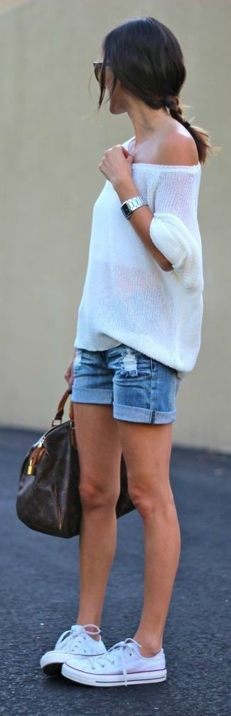 Wie kombinieren: weißer Oversize Pullover, blaue Jeansshorts, weiße niedrige Sneakers, dunkelbraune bedruckte Leder Reisetasche