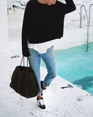 Wie kombinieren: schwarzer Oversize Pullover, weißes T-Shirt mit einem Rundhalsausschnitt, hellblaue Boyfriend Jeans, schwarze und weiße Segeltuch niedrige Sneakers