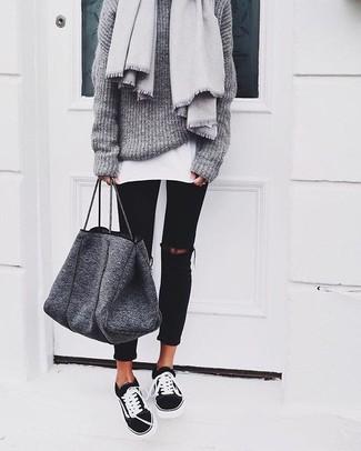 Wie kombinieren: grauer Strick Oversize Pullover, weißes T-Shirt mit einem Rundhalsausschnitt, schwarze enge Jeans mit Destroyed-Effekten, schwarze und weiße niedrige Sneakers
