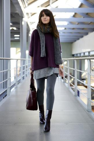 Graue Leggings kombinieren – 39 Damen Outfits: Die Kombi aus einem dunkellila Oversize Pullover und grauen Leggings bietet die ideale Balance zwischen geradlinigem Wochenend-Look und modernem Stil. Dieses Outfit passt hervorragend zusammen mit schwarzen Leder Stiefeletten.
