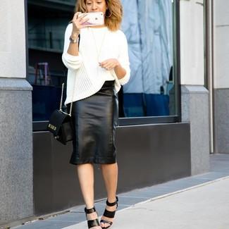 Wie kombinieren: weißer Strick Oversize Pullover, schwarzer Leder Bleistiftrock, schwarze Leder Sandaletten, schwarze Leder Umhängetasche