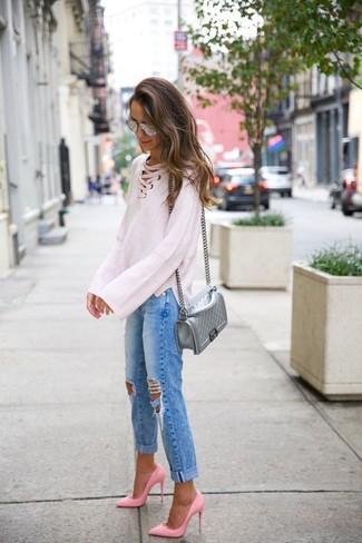 Wie kombinieren: weißer Strick Oversize Pullover, blaue Boyfriend Jeans mit Destroyed-Effekten, rosa Leder Pumps, silberne gesteppte Leder Umhängetasche