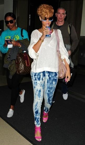 Wie kombinieren: weißer Strick Oversize Pullover, hellblaue Mit Batikmuster enge Jeans, fuchsia Leder Sandaletten, rosa Shopper Tasche aus Segeltuch