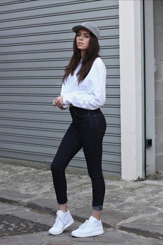 Weiße Sportschuhe kombinieren – 122 Damen Outfits: Um ein entspanntes Outfit zu erhalten, sind ein weißer Oversize Pullover und schwarze enge Jeans ganz hervorragend geeignet. Weiße Sportschuhe verleihen einem klassischen Look eine neue Dimension.