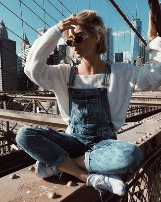Weiße Sportschuhe kombinieren – 122 Damen Outfits: Tragen Sie einen weißen Oversize Pullover und eine blaue Jeans Latzhose, um einen hübschen ultralässigen Look zu erzielen. Fühlen Sie sich mutig? Vervollständigen Sie Ihr Outfit mit weißen Sportschuhen.