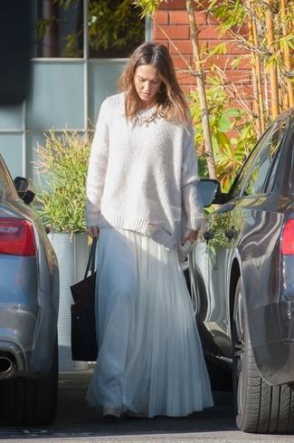 Jessica Alba trägt Weißer Oversize Pullover, Weißer Falten Chiffon Maxirock, Schwarze Shopper Tasche aus Leder, Goldene Halskette