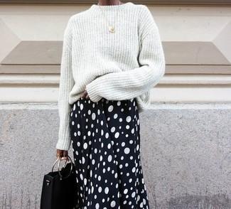 Wie kombinieren: weißer Oversize Pullover, schwarzer und weißer gepunkteter Midirock, schwarze Leder Clutch, goldener Anhänger