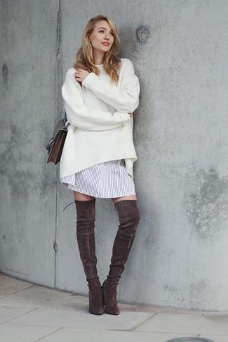 Wie kombinieren: weißer Oversize Pullover, weißes vertikal gestreiftes Shirtkleid, dunkelbraune Overknee Stiefel aus Wildleder, dunkelbraune Leder Umhängetasche