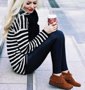 Halten Sie Ihr Outfit locker mit einem weißen und schwarzen horizontal gestreiften oversize pullover und einem schwarzen schal von Minnie Rose. Schalten Sie Ihren Kleidungsbestienmodus an und machen rotbraunen chukka-stiefel aus wildleder zu Ihrer Schuhwerkwahl.
