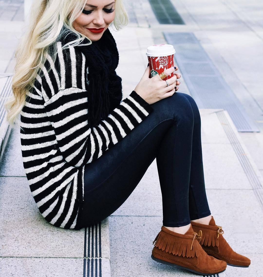 €182 Braunen Wollhut kaufen · Wie kombinieren  weißer und schwarzer  horizontal gestreifter Oversize Pullover, schwarze enge Jeans, rotbraune c0616ca24c