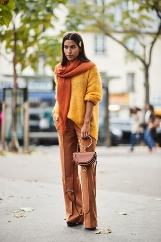 f22710467f6366 Wie kombinieren: gelber Oversize Pullover, rotbraune weite Hose, braune  klobige Wildleder Pumps, orange ...